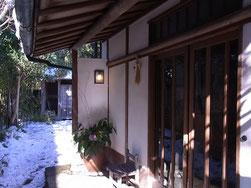 雪景色の古民家、カジュ・アート・スペースの玄関です☆