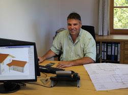 Peter Holzer in seinem Büro bei der Planung eines Objekts in 3D