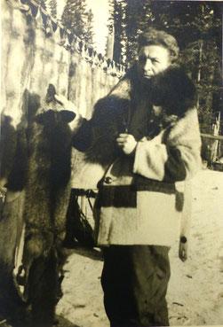 Georg Naumann mit dem Pelz-Ertrag des Winters