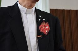 2016年5月15 日・ペンテコステ礼拝の日の一枚、みなさんにお配りした炎の栞(しおり)を背広に両面テープでペタっ、鳩はちょっと違いますが(^^♪