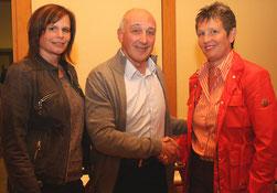 Generationenwechsel beim WSV Aschaffenburg: Der scheidende Vorsitzende Klaus Bergmann gratuliert seiner Nachfolgerin Tanja Eschmann (rechts) zur Wahl. Zur stellvertretenden Vorsitzenden wurde Sabine Schürmer gewählt.