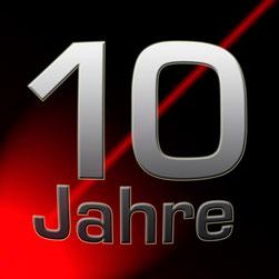 """Große Ziffer 10 mit kleinerem Text """"Jahre"""" auf rot-schwartzem Fahrverlauf"""