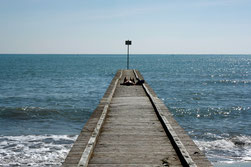12 Pier mit Mensch/Pier with a person sunbathing