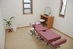 豊橋のカイロしもんは腰痛や肩こりに原因をしっかり見極め、カイロ専用ベッドで施術します