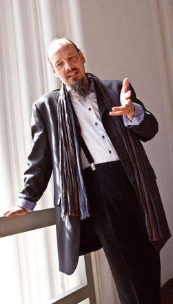 Henning Pertiet auf der Empore nahe der Orgel  - Foto: Ralf Reincken