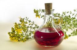 Johanniskrautöl in Flakon und Johanniskrautplanzenteile