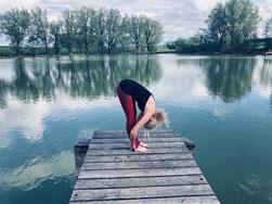Yogacoach und Achtsamkeitscoach Natascha Königsbauer am See in der Natur bei ihrer Yogapraxis für mehr Leichtigkeit im Leben.