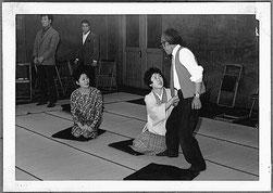 「王将」稽古。右端は青鞜座代表小台三四郎