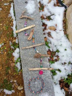 Schwemmholz Treibholz Girlande mit Hippie Drahtgeflecht aus verschiedenen farbigen Knöpfen und Holzperlen, pinker Weidekugel, indianischen Holzperlen, Acryl- und Glasperlen in bunten Farben