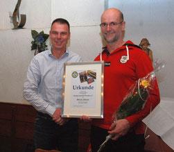 Holger Keller (li) bedankt sich bei Martin Böhler
