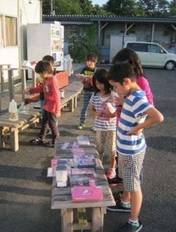 文房具を選ぶ仮設住宅の子ども