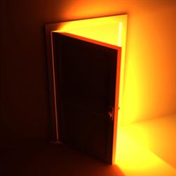 una porta aperta con luce calda nella stanza