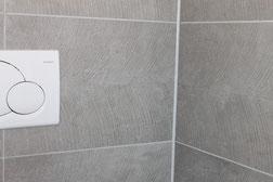 Große Keramikfliesen im Badezimmer, Farbe grau