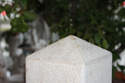 Handgefertigte Gartensäule aus Jura-Marmor, Oberfläche gestockt