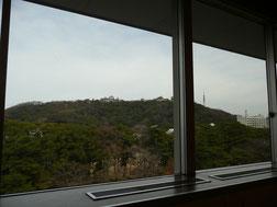 窓から外を眺めたところ。奥に松山城。