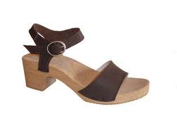 Modèle de sandale d'été de style europe du nord, avec une bride à l'avant de pied et une deuxième bride, avec boucle, qui se fixe au niveau de la cheville. Le tout est monté sur un talon de 6 cm de hauteur, un peu large et très stable.