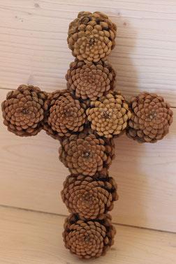 Croix en pommes de pins naturelles à l'envers fait main