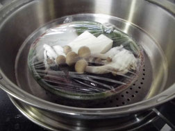 メバルを蒸し器で蒸す写真