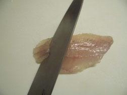 メバルの昆布じめを包丁で切る写真