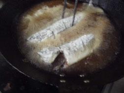 アジをサラダ油で揚げる写真