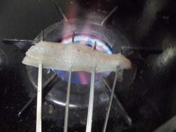 アジの身をガスコンロで焼く写真