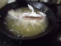 カサゴを揚げる写真
