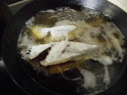 メバルを油で揚げる写真
