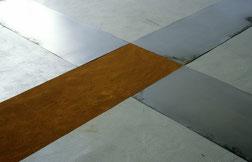 Matthieu van Riel. Vloerobject. Z.T. 340x400x0,2cm pigment en metaalplaten op vloer (detail) 1987