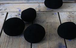 Matthieu van Riel. Vloerobjecten. Die Kartoffeln und das Atelier Schwarz. pigment en aardappelen 1996