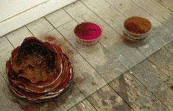 Matthieu van Riel. Vloerobjecten. Kewla's Rotibild. Pigment roti's bord schaaltjes en glasplaat 1996