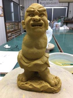 造形中の金剛力士像