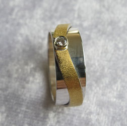 Goldschmiede Ring aus Silber und Brillant