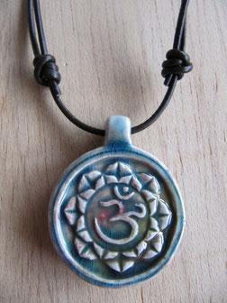 Cordón de cuero ajustable teñido marrón con colgante de cerámica con flor de loto y Om