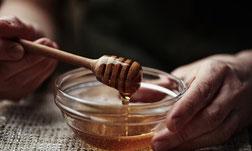 Honig in einer Glasschüssel