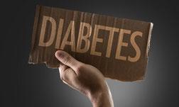 Hand hält Tafel mit der Aufschrift Diabetes