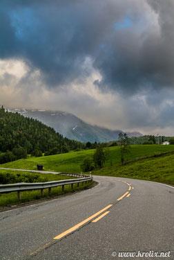 Типичная норвежская дорога в деревне.