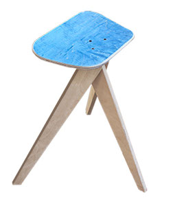 Skateboardhocker oder kleiner Tisch aus einem recycelten Skateboard. Upcycling furniture made from recycled skateboards. Skateboard stool and chair.