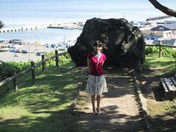 蟹田の丘に立つ碑「彼は何よりも人をよろこばせることが好きであった」