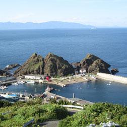 車で渡れる帯島の向こうには津軽海峡。対岸は北海道福島町