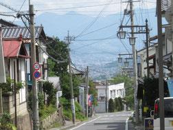 坂の向こうは上田市街、右一番手前が「まつぼっくり」