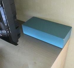 宿泊室、テレビの後ろに何かの箱があって、開けてみると…