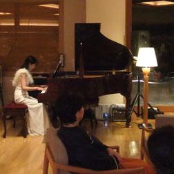 ピアノは瀟洒なフレンチモデル