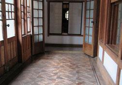 新座敷の廊下は寄木造