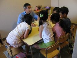 小学生クラスの様子・・・カードゲームに夢中!