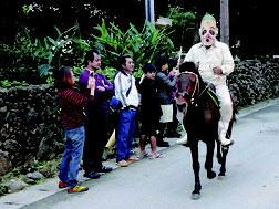 白保種子取祭でカタバリが披露された=18日朝、白保集落