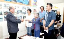 慶田盛教育長を激励した町民の会=19日午後、町教委