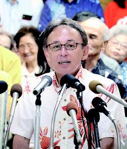 支持者や、オール沖縄の県議・市町村議員らを背に、知事選への出馬を表明した玉城氏=29日、沖縄ホテル