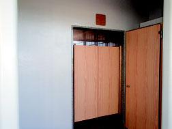 写真は小浜中学校女子トイレ入り口。設計図にドアが無かったため簡易ドアを設けた(竹富町教育委員会提供)