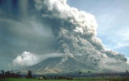 Pyroklastische Flüsse beim Ausbruch des Mayon am 23. September 1984