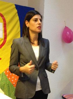 Frau Çağlar lobt die Absolventinnen für ihre Leistung